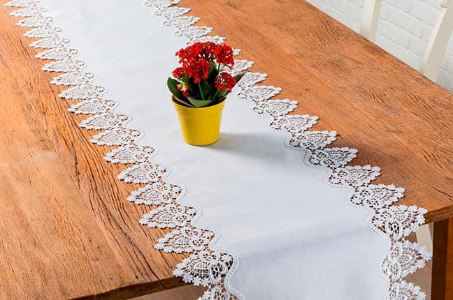 Caminho de mesa e vaso de flor