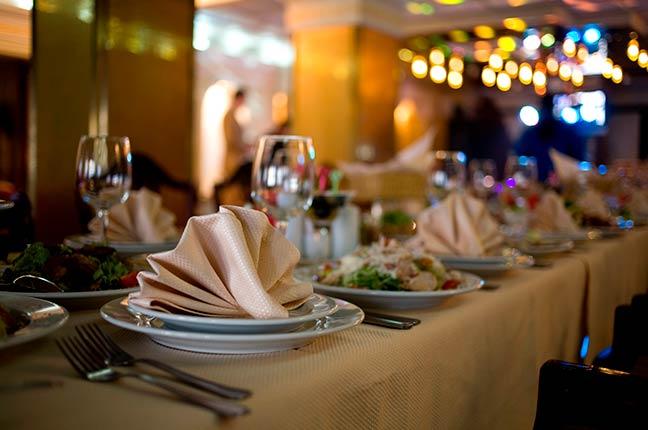 mesa decorada de buffet