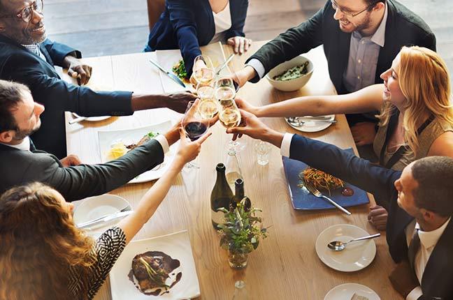 mesa posta para evento corporativo