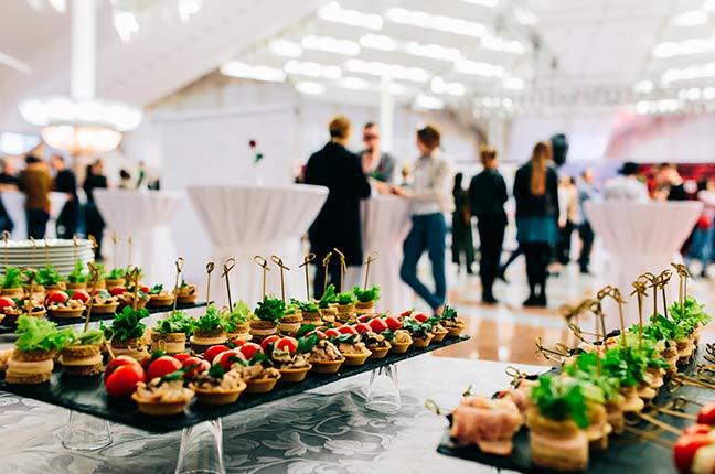 mesa de comida em evento corporativo